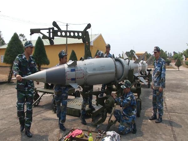 Bắt đầu từ đầu những năm 1960, bộ đội tên lửa Việt Nam đã được tiếp nhận các tổ hợp tên lửa SA-75 đầu tiên từ Liên Xô. Tiếp tục nhiều năm sau đó, Việt Nam còn nhận thêm các tổ hợp tên lửa mới như S-125 Neva, 9K35 Strela-10, 2K12 Kub…