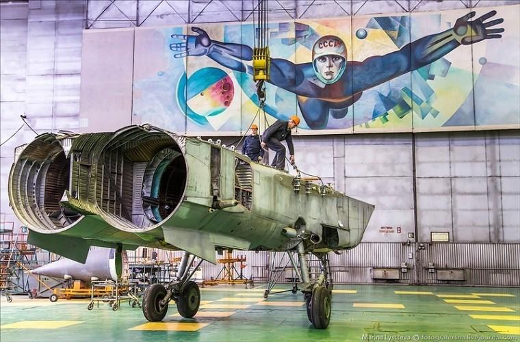 Theo tờ English Russia, nhà máy chế tạo và sửa chữa máy bay Sokol là một trong những nơi chuyên sản xuất các dòng máy bay chiến đấu cho Mikoyan từ thời Chiến tranh Lạnh cho tới khi Liên Xô sụp đổ. Trong 45 năm hoạt động của mình, nó đã cho ra đời khoảng 13.500 máy bay chiến đấu các loại gồm cả MiG-31.