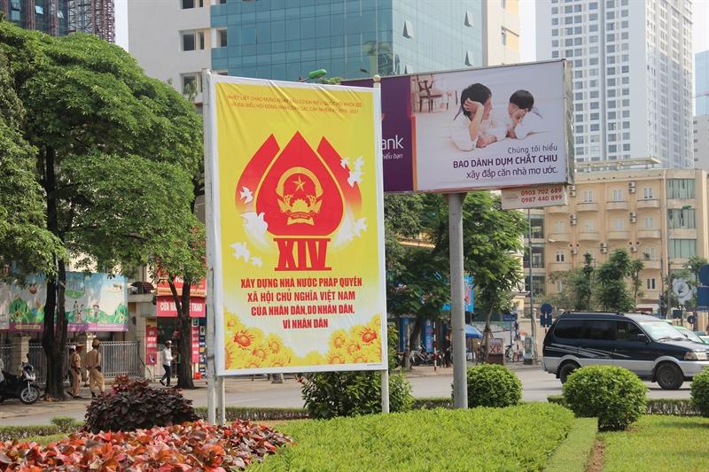 Những khẩu hiệu, pano lớn được bố trí tại dọc tuyến đường Nguyễn Chí Thanh, Ba Đình, Hà Nội nhằm tuyên truyền và chào mừng ngày bầu cử đại biểu Quốc hội khóa XIV và đại biểu HĐND sắp diễn ra.