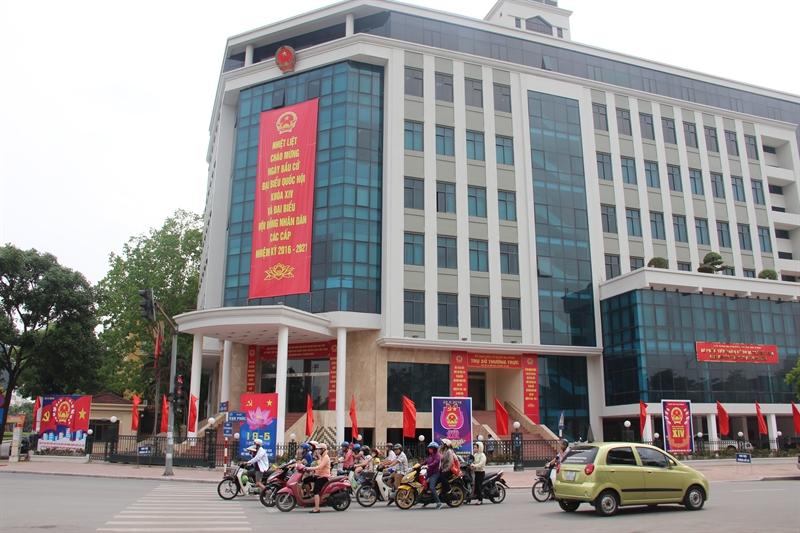 Ngày 22/5, cử tri cả nước sẽ đi bỏ phiếu bầu đại biểu Quốc hội khóa XIV và HĐND các cấp nhiệm kỳ 2016 - 2021. Trên khắp các đường phố ở Thủ đô Hà Nội, băng-rôn, cờ và khẩu hiệu cổ động ngày bầu cử được trang hoàng.