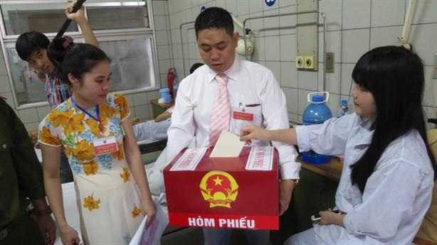 Người bị tạm giam, bệnh nhân hồ hởi bỏ phiếu bầu cử