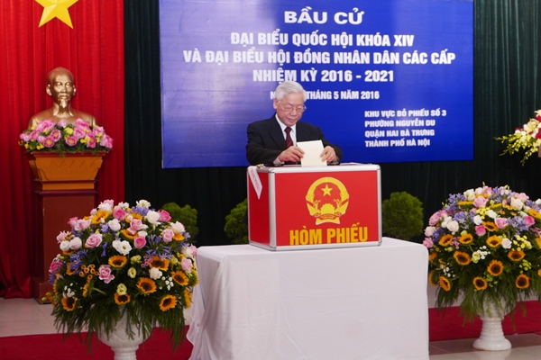 Dự lễ khai mạc điểm bỏ phiếu số 3, phường Nguyễn Du, Hoàn Kiếm, Hà Nội, Tổng bí thư Nguyễn Phú Trọng là một trong những người thực hiện quyền công dân sớm nhất ở đây.
