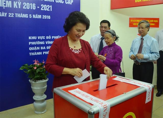 Là một trong những cử tri có mặt sớm nhất tại điểm bầu cử phường Vĩnh Phúc (Ba Đình, Hà Nội), Chủ tịch Quốc hội Nguyễn Thị Kim Ngân đã cùng các lão thành cách mạng sinh sống trên địa bàn tham gia lễ khai mạc, bỏ phiếu bầu cử.