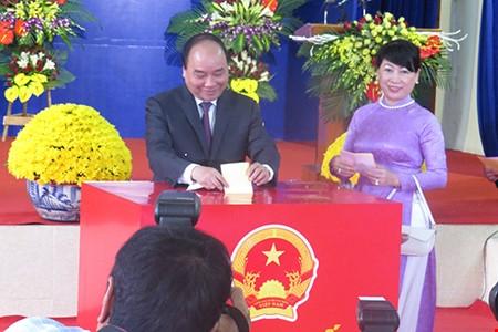 Trong khi đó, Thủ tướng Nguyễn Xuân Phúc cùng phu nhân đã tiến hành bỏ phiếu bầu cử tại khu vực bầu cử số 8, khu phố Đông Thái, thị trấn Vĩnh Bảo, huyện Vĩnh Bảo, thành phố Hải Phòng.