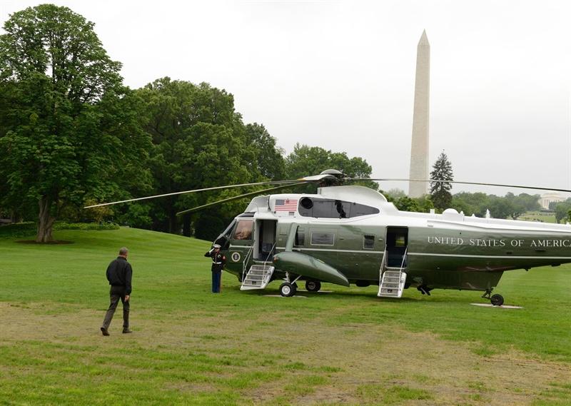 Tổng thống Obama bước tới chiếc trực thăng Marine One đỗ trong khuôn viên Nhà Trắng để bay tới Căn cứ Không quân Andrews ở tiểu bang Maryland, nơi chiếc chuyên cơ Air Force One đang chờ ông để bay tới Việt Nam. Ảnh: VTC