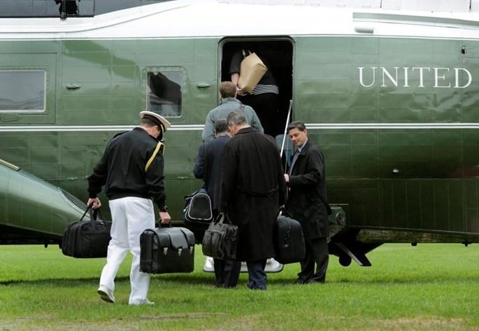 Cận vệ mang valy hạt nhân của Tổng thống lên trực thăng Marine One, tại Nhà Trắng - Ảnh: Reuters
