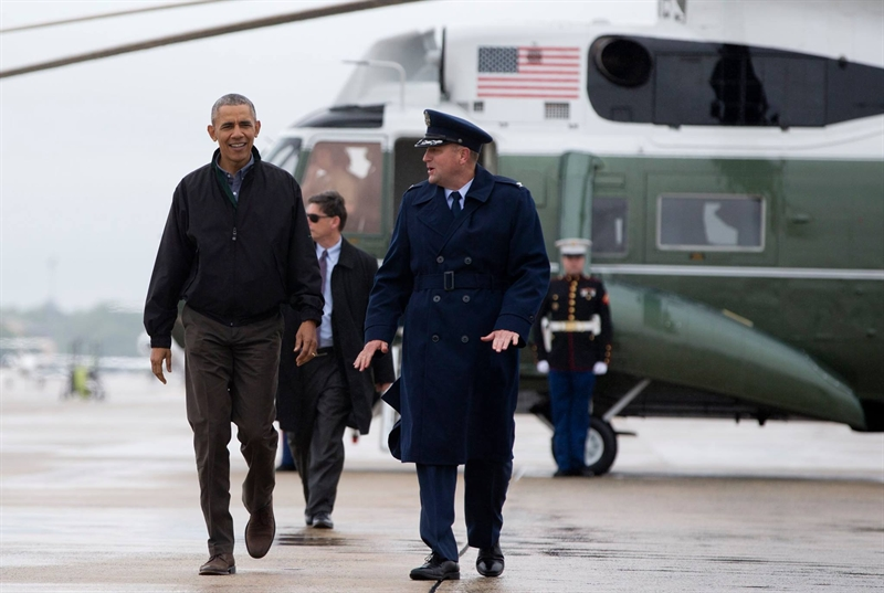 Tổng thống Obama đi từ chiếc trực thăng Marine One tới chiếc chuyên cơ Air Force One tại Căn cứ Không quân Andrews. Ảnh: VTC