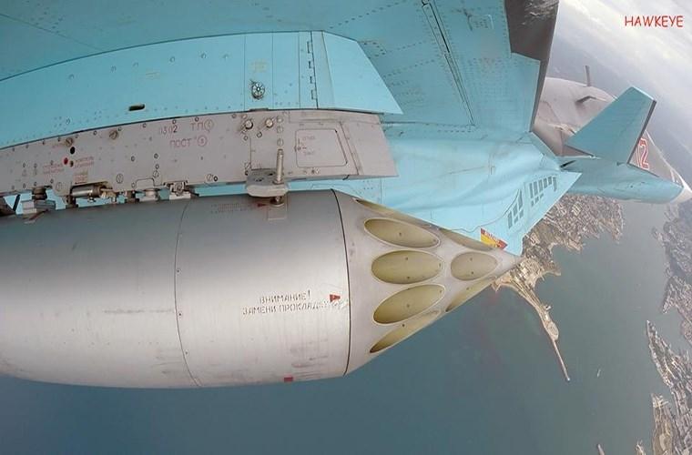 Còn đây là chiếc tiêm kích bom Su-34 mang theo tổ hợp ống phóng rocket S-8 80mm với tầm bắn tối đa có thể lên đến 4km.