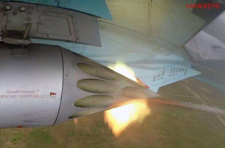 Hình ảnh dàn rocket trên Su-34 khai hỏa tiêu diệt các mục tiêu giả định tại Chauda. Bên cạnh trình diễn khả năng bay các phi công tham gia Aviadarts-2016 còn phải thể hiện khả năng tấn công mục tiêu mặt đất của mình với các loại vũ khí không điều khiển.