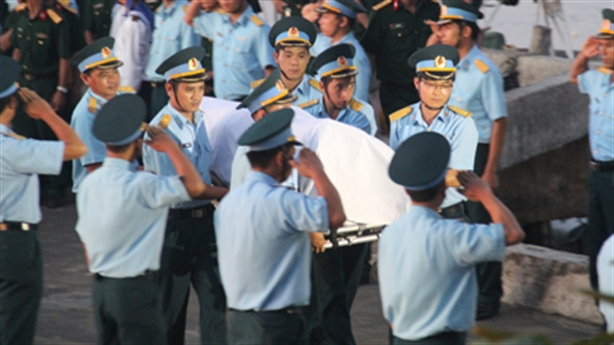 Phút đón di hài phi công Trần Quang Khải vào đất liền