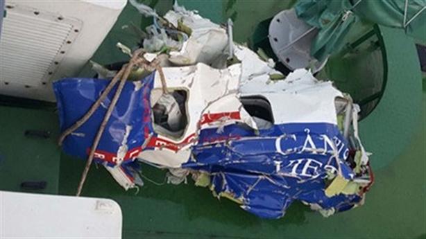 Tìm máy bay CASA-212 rơi trên biển: Thấy vệt dầu loang