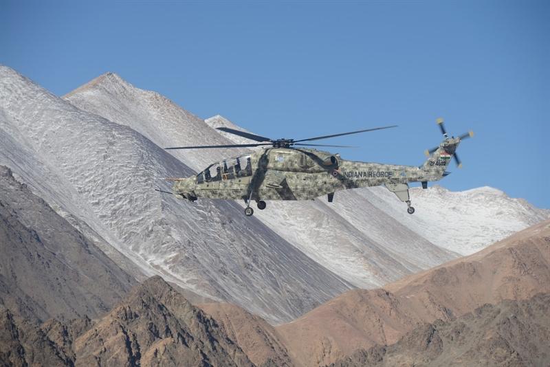 Để có thể đối phó với đối thủ trong các điều kiện hoàn cảnh khác nhau, trực thăng LCH được trang bị khá nhiều loại vũ khí cũng như các kĩ thuật phòng vệ.