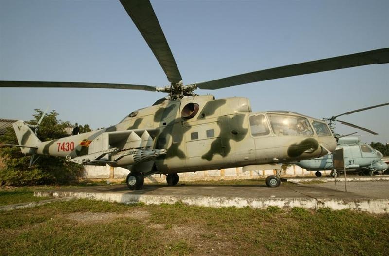 Cuối tháng 10/1984, bảy tổ bay trực thăng vũ trang Mi-24 của Trung đoàn 916 cơ động di chuyển từ sân bay Hòa Lạc vào Tân Sơn Nhất phối hợp cùng với lực lượng của Trung đoàn không quân 917 làm nhiệm vụ truy quét quân Khmer đỏ giúp nhân dân Campuchia bảo vệ thành quả cách mạng.