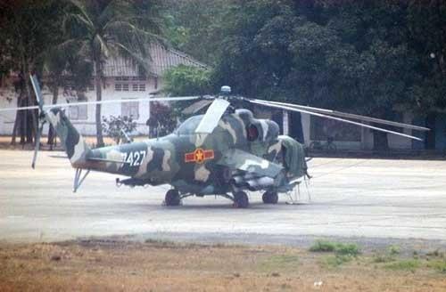 Vào cuối những năm 1970, Việt Nam được Liên Xô viện trợ một số trực thăng vũ trang gồm các biến thể Mi-24 A/B/U, trong đó biến thể A tiêu chuẩn, B có trang bị thêm súng máy hạng nặng 12,7 mm ở mũi và U dùng cho huấn luyện.