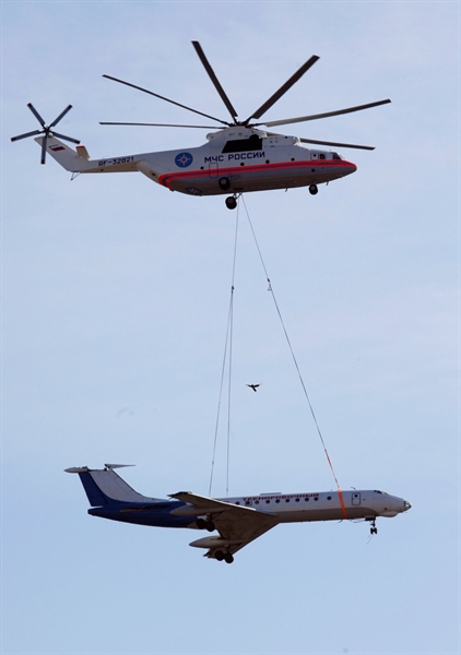 Ngoài ra, một số phiên bản của Mi-26 dễ dàng cất cánh cùng với 150 người trên khoang hoặc lượng hàng lên tới 25 tấn. Với hai động cơ 8 cánh quạt hoạt động độc lập, Mi-26 có thể cất cánh với trọng lượng tối đa lên tới 56 tấn.