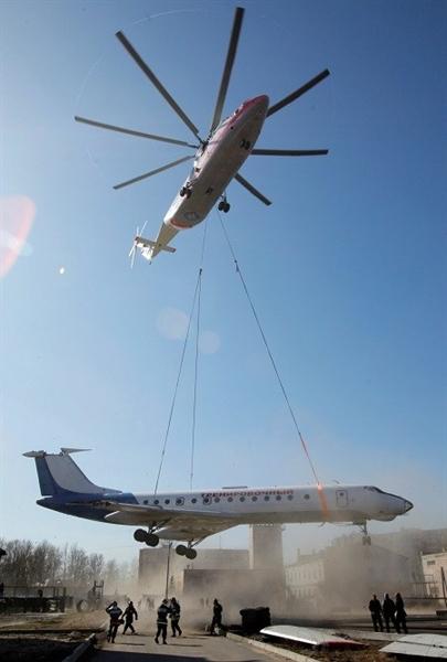 Trực thăng vận tải hạng nặng Mi-26 do Liên Xô cũ nghiên cứu chế tạo được giới thiệu năm 1977, Mi-26 có thể dễ dàng mang theo một chiếc xe tăng bên trong khoang chở hàng tới bất kể nơi nào trong tầm hoạt động.