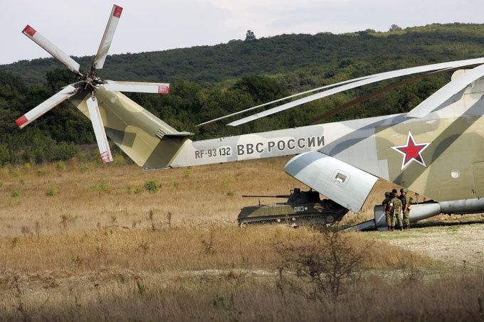Trần bay tối đa là 4,6km, tầm hoạt động đạt 1.952km với tốc độ bay tối đa lên tới 295km/h. Trực thăng Mi-26 chính thức biên chế trong quân đội Liên Xô (nay là Nga) năm 1983, Mi-26 hiện vẫn được sử dụng để thực hiện nhiều nhiệm vụ khác nhau, trong đó có cứu hỏa và vận chuyển quân.