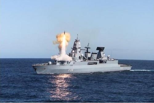 Tên lửa SM-2, lô IIIA có thể đánh chặn mục tiêu ở cự ly 150 km, tầm cao hơn 30 km. Sachsen là khinh hạm mang tên lửa phòng không tầm bắn xa nhất châu Âu.