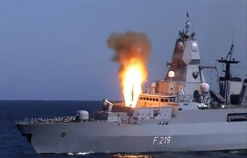 Tàu được trang bị tên lửa RIM-162 Evolved Sea Sparrow có thể đánh chặn các mục tiêu ở cự ly 50 km.