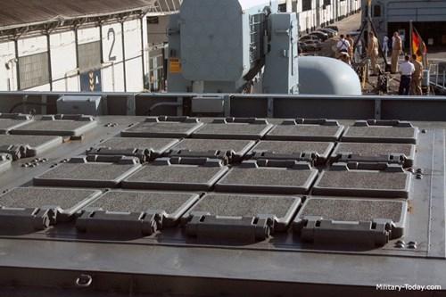 Theo nguồn tin này, Sachsen được trang bị tới 32 ống phóng thẳng đứng VLS Mk41 có thể mang theo 24 tên lửa phòng không tầm xa SM-2 lô IIIA và 32 RIM-162 (tên lửa được đóng gói trong hộp phóng chứa 4 tên lửa mỗi hộp).