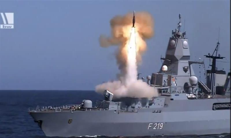 Ngoài ra, tàu còn được trang bị 2 cụm phóng tên lửa đánh chặn tầm ngắn RIM-116 với 21 tên lửa/cụm, tầm bắn tối đa 10 km. Như vậy Sachsen được bảo vệ bởi ô phòng không tới 3 lớp.