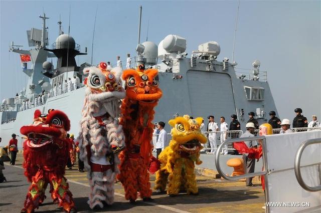Sau khi cập cảng Campuchia, Đại tá Wang Hongli, chỉ huy đội tàu đã đến chào xã giao Phó thủ tướng kiêm Bộ trưởng Quốc phòng Campuchia Tea Banh. Tướng Banh cho biết trong chuyến thăm, hải quân Trung Quốc chia sẻ kinh nghiệm trong lĩnh vực phòng thủ trên biển với các đối tác Campuchia và tham gia hoạt động thể thao. (Trong ảnh: Chiến hạm Type 054A thăm Campuchia hồi tháng 2/2016).