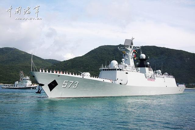 Được biết, đội tàu đến thăm Campuchia gồm 2 khinh hạm mang tên lửa dẫn đường Type 054A (tàu Liuzhou số hiệu 573 và Sanya số hiệu 574) cùng tàu tiếp liệu Type 908 mang tên Qinghaihu số hiệu 885 vừa trở về sau nhiệm vụ tuần tra chống cướp biển kéo dài 4 tháng tại vịnh Aden và vùng biển Somali.