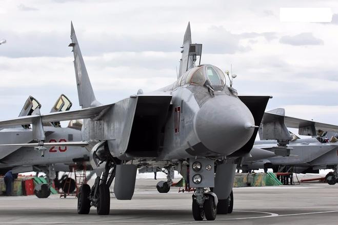 MiG-31 Foxhound là chiếc tiêm kích đánh chặn tầm xa có tốc độ nhanh nhất thế giới, nó thực hiện chuyến bay đầu tiên vào ngày 16/9/1975 và chính thức được giới thiệu trong năm 1982, đã có khoảng 500 chiếc Foxhound xuất xưởng, cho đến nay chúng vẫn còn phục vụ trong Quân đội Nga với biến thể MiG-31BM.