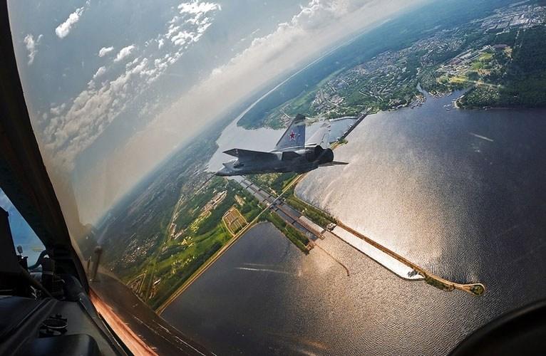Hiện nay, trong làng tiêm kích đánh chặn nói chung, MiG-31 được xem là loại máy bay mạnh nhất với khả năng đối không tầm siêu xa, tốc độ gấp gần 3 lần vận tốc âm thanh, bay nhanh hơn bất kỳ loại máy bay chiến đấu nào ngày nay. Kể cả, nếu so khả năng không đối không với tiêm kích đa năng tiên tiến, MiG-31 vẫn nhỉnh hơn.
