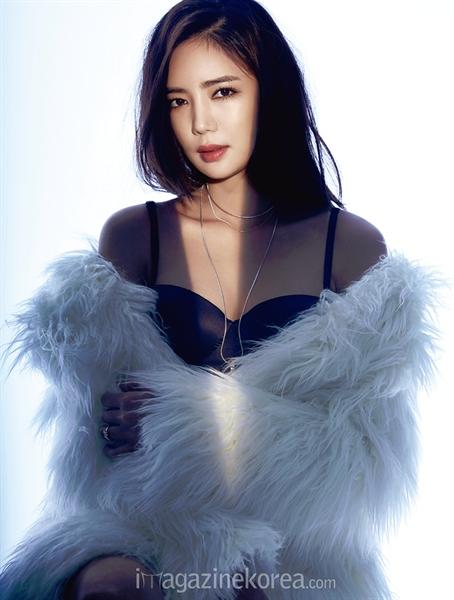 """Nữ diễn viên Lee Tae Im (sinh năm 1986) được mệnh danh là """"Nữ hoàng cảnh nóng"""" mới của xứ Hàn. Sở dĩ người hâm mộ gọi cô với cái tên như vậy xuất phát từ bộ phim 19+ For The Emperpor (Nữ giám đốc gợi tình) khi cô đảm nhận vai nữ giám đốc quyến rũ."""