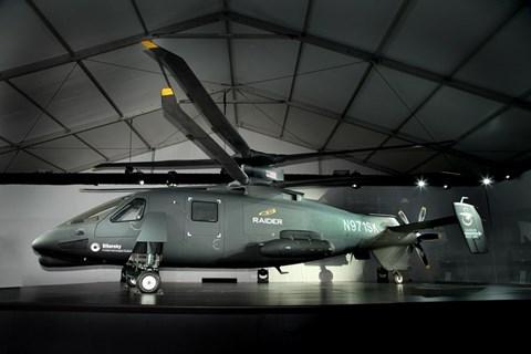 Kiểu thiết kế thứ nhất là kiểu cánh lật, với hai đại diện là V-22 và V-208 của quân đội Mỹ. Thiết kế này tuy có ưu thế là khả năng bay nhanh nhưng lại đòi hỏi kỹ thuật phức tạp và vẫn tiềm ẩn nhiều rủi ro. Kiểu thiết kế còn lại là lắp thêm cánh quạt đẩy ở phía đuôi, S-90 Raider là một trong số những phiên bản trực thăng áp dụng thiết kế này.