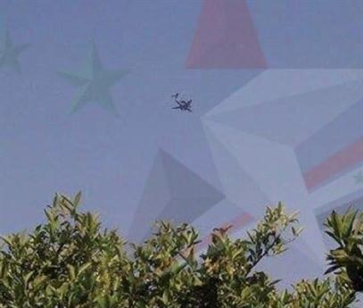 Truyền thông Syria vừa phát đi hình ảnh một chiếc máy bay chỉ huy - cảnh báo sớm hạng nặng A-50U của Nga đang bay tuần tra trên bầu trời Syria đã khiến nhiều người bất ngờ. Moskva đã không đưa ra bất cứ bình luận nào cho sự xuất hiện đường đột này và sự im lặng khiến xuất hiện nhiều đồn đoán.