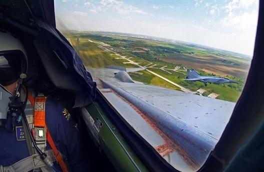 Ngoài ra, truyền thông Nga còn cho rằng, với pha đánh chặn của mình, MiG-31 đã chứng minh rằng, máy bay này còn mạnh hơn rất nhiều những chiến đấu cơ tàng hình hiện này của Mỹ như F-22 và cả F-35 dù máy bay Nga đã được sản xuất từ những năm 1982.