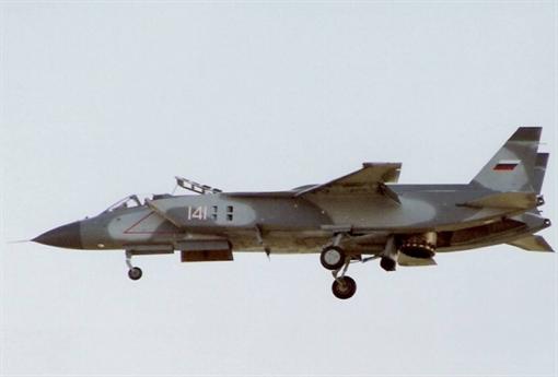 Ngoài ra, Yak-141 còn là phương án thay thế cho các máy bay chiến đấu Yak-38 thời bấy giờ đang được trang bị cho tàu sân bay Minsk và Kiev. Không chỉ có kế hoạch cho Hải quân, Liên Xô còn muốn đưa Yak-141 vào trang bị cho cả lực lượng Không quân.