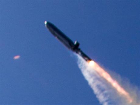 Theo Breaking Defense, ngày 26/7, Tập đoàn Lockheed Martin đã ký bản hợp đồng với Lầu Năm Góc trị giá 86,5 triệu USD sản xuất 23 tên lửa diệt hạm tầm xa AGM-158C LRASM. Đây là biến thể trang bị trí tuệ nhân tạo (AI) dành cho tiêm kích hạm F/A-18E/F Super Hornet và oanh tạc cơ B-1B.