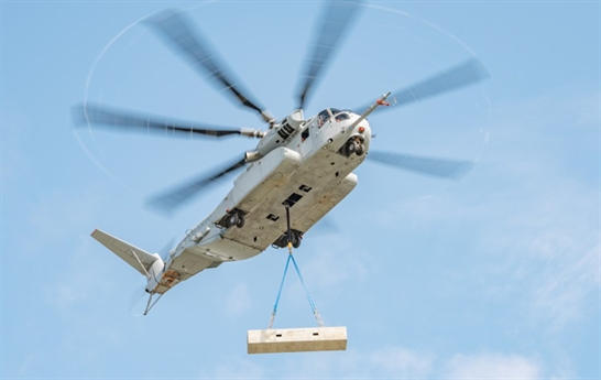 Để nhấc bổng CH-53K lên bầu trời, trực thăng này được thiết kế với ba động cơ tuốc bin trục GE38-1B công suất 7.500 mã lực/chiếc cùng bộ cánh quạt chính 7 lá cho tốc độ hành trình 315km/h, bán kính tác chiến 204km, trần bay 4,38km, vận tốc leo cao 13m/s. Kíp lái điều khiển máy bay gồm 5 người (hai phi công, ba xạ thủ súng máy), cabin có thể chứa 37 binh sĩ.