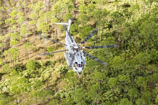 Theo Defene News, Bộ Quốc phòng Mỹ vừa chính thức được trang bị trực thăng CH-53K King Stallion. Trước khi được biên chế, CH-53K King Stallion nhận được đánh giá rất cao từ tướng lĩnh cấp cao trong quân đội Mỹ với công nghệ kỹ thuật hàng không thế hệ mới kết hợp với thiết kế để tối ưu khả năng sống sót của máy bay trong các điều kiện chiến đấu khắc nghiệt.