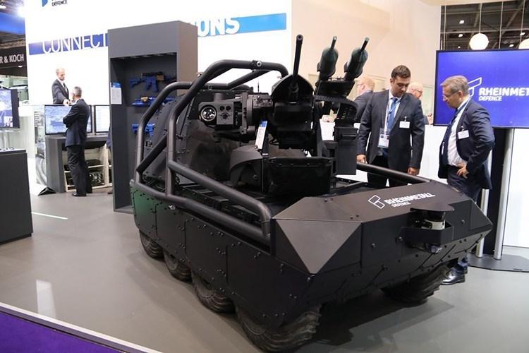 MM UGV nặng khoảng 750kg, có tải trọng trên 600kg với các hoạt động thông thường, 300kg khi lội nước và nếu sử dụng thêm pin nhiên liệu mở rộng nó có thể hoạt động liên tục tới 24 giờ. Tốc độ di chuyển tối đa của MM UGV lần lượt là 40km/h trên mặt đất và 5km/h khi lội nước. Nguồn ảnh: Army Recognition.