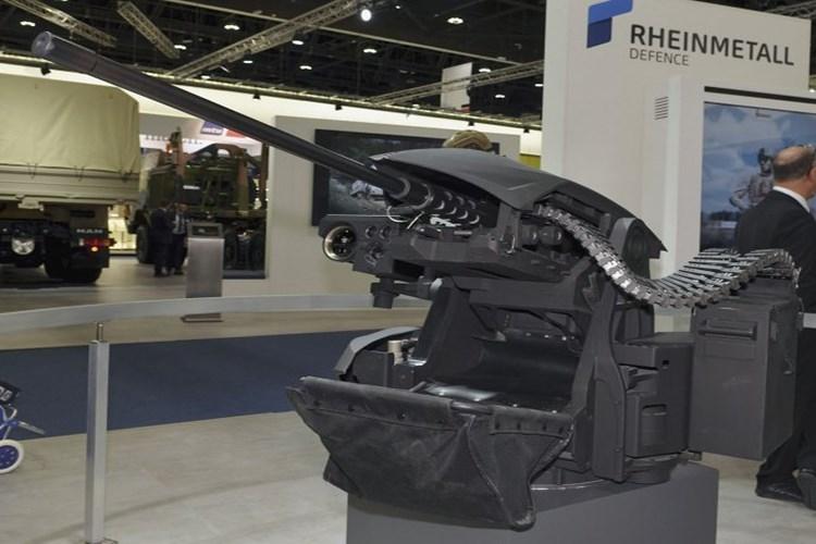 Hệ thống vũ khí chính trên MM UGV ở biến thể quân sự là súng máy hạng nặng 12.7mm M2HB kết hợp với hệ thống điều khiển vũ khí tự động, nó có tốc độ bắn lên đến 1000 viên/phút với tầm bắn hiệu quả khoảng 2.000m. Cơ số đạn MM UGV có thể mang theo cho M2HB có thể từ 200-300 viên. Nguồn ảnh: Jane's.