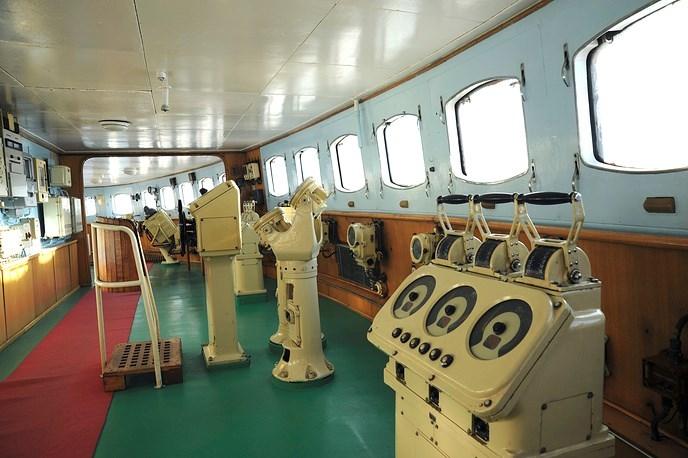 Tới năm 1989, tàu phá băng Lenin chính thức ngừng hoạt động. Con tàu này hiện được trưng bày làm bảo tàng như một cách tôn vinh thành tựu vĩ đại của Liên Xô trong cuộc đua lên Bắc Cực. Ảnh: Khoang điều khiển của tàu Lênin. Nguồn ảnh: Tass.