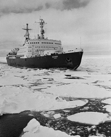 Tàu phá băng sử dụng động cơ nguyên tử đầu tiên trên thế giới được Liên Xô hạ thủy từ năm 1957, con tàu này mang tên lãnh tụ vĩ đại của nhân dân Liên Xô - Lenin. Nguồn ảnh: Tass.