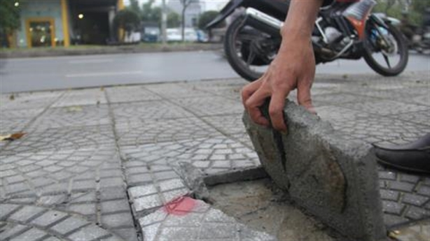Sau Hà Nội, dân Đà Nẵng dùng tay không bóc...vỉa hè