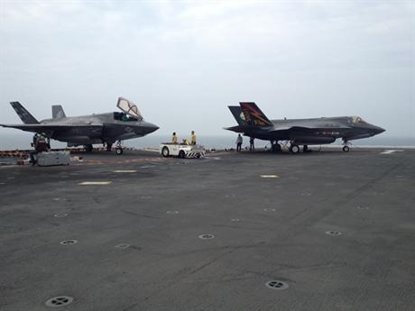 Chiếc tiêm kích F-35B sau đó hạ cánh an toàn và nhường chỗ cho một máy bay khác cất cánh. Trong khi đó, chiếc F-35B còn lại đã thực hiện thành công pha cất cánh bằng đường băng ngắn - kiểu cất cánh đặc trưng riêng.