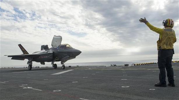 Khi thực hiện bài huấn luyện này, vùng Điển Đông đang có gió mạnh và sóng to đòi hỏi phi công phải thực hiện nhuần nhuyễn động tác hạ độ cao, để tránh va đập mạnh với boong tàu hoặc lao xuống biển.