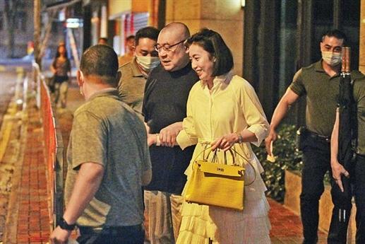 Báo chí châu Á vừa đăng tải loạt ảnh đi ăn ở nhà hàng của tỷ phú 67 tuổi Lưu Loan Hùng cùng vợ trẻ Gambi ở một nhà hàng ở Italy. Vì vừa trải qua ca phẫu thuật nên vị tỷ phú Hồng Kông phải dựa vào vợ để bước ra xe hơi. Đi cùng vợ chồng ông là ba vệ sĩ.
