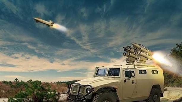 Theo đó, loại tên lửa Kornet có tên đầy đủ là 9M133 Kornet là vũ khí chống tăng hạng nặng được thiết kế để tiêu diệt hầu hết các loại xe tăng chủ lực hiện tại và cả tương lai. Nó do phòng thiết kế KBP phát triển từ năm 1988.