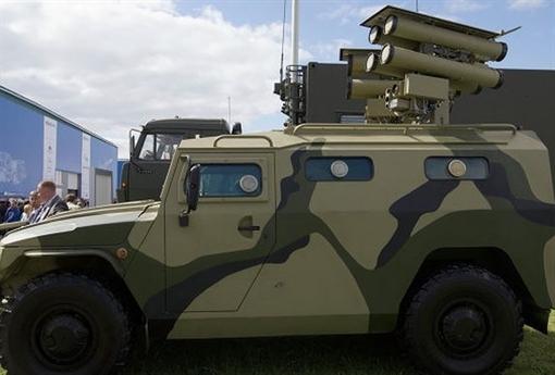 Kornet sử dụng hệ dẫn đường laser lái bán tự động (SACLOS). Theo đó, khí tài trên bệ phóng sẽ làm nhiệm vụ chiếu chùm tia laser liên tục vào mục tiêu, một cảm biến ở phía sau cho phép tên lửa lái bám theo chùm tia laser đến mục tiêu.