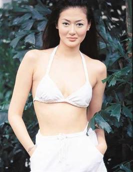 Trần Bảo Liên sinh năm 1973 trong một gia đình bình thường ở Thượng Hải. Thế nhưng, tuổi thơ của cô lại không được yên bình khi bố mẹ ly hôn năm cô lên 4 tuổi. Trần Bảo Liên cùng mẹ lang bạt kiếm sống nhiều nơi.