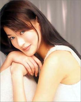 Năm 12 tuổi, hai mẹ con cô tới Hồng Kông sinh sống. Tại đây nhờ có gương mặt xinh đẹp, dáng người cao ráo mà cô được nhận làm người mẫu bán thời gian để kiếm tiền.