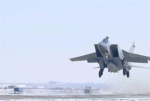 Cả hai phi công – một người hướng dẫn và một học viên – kịp thời bung dù thoát ra ngoài và hiện đã được đưa đến nơi an toàn. Bộ Quốc phòng Nga cho biết vụ tai nạn xảy ra có thể do sự cố kĩ thuật.